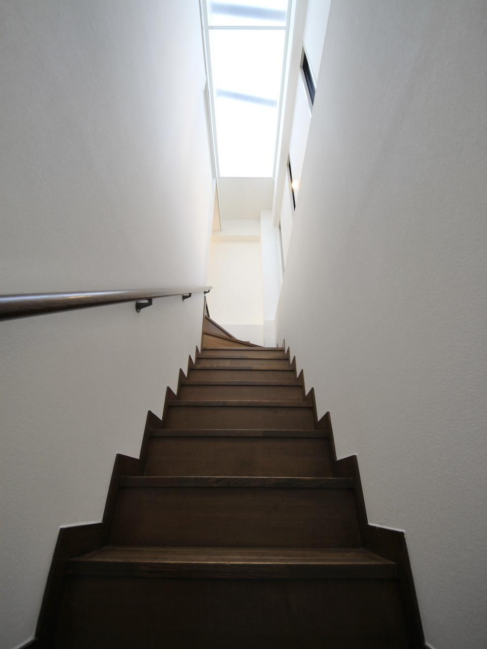 3階への階段 天窓で明るい空間