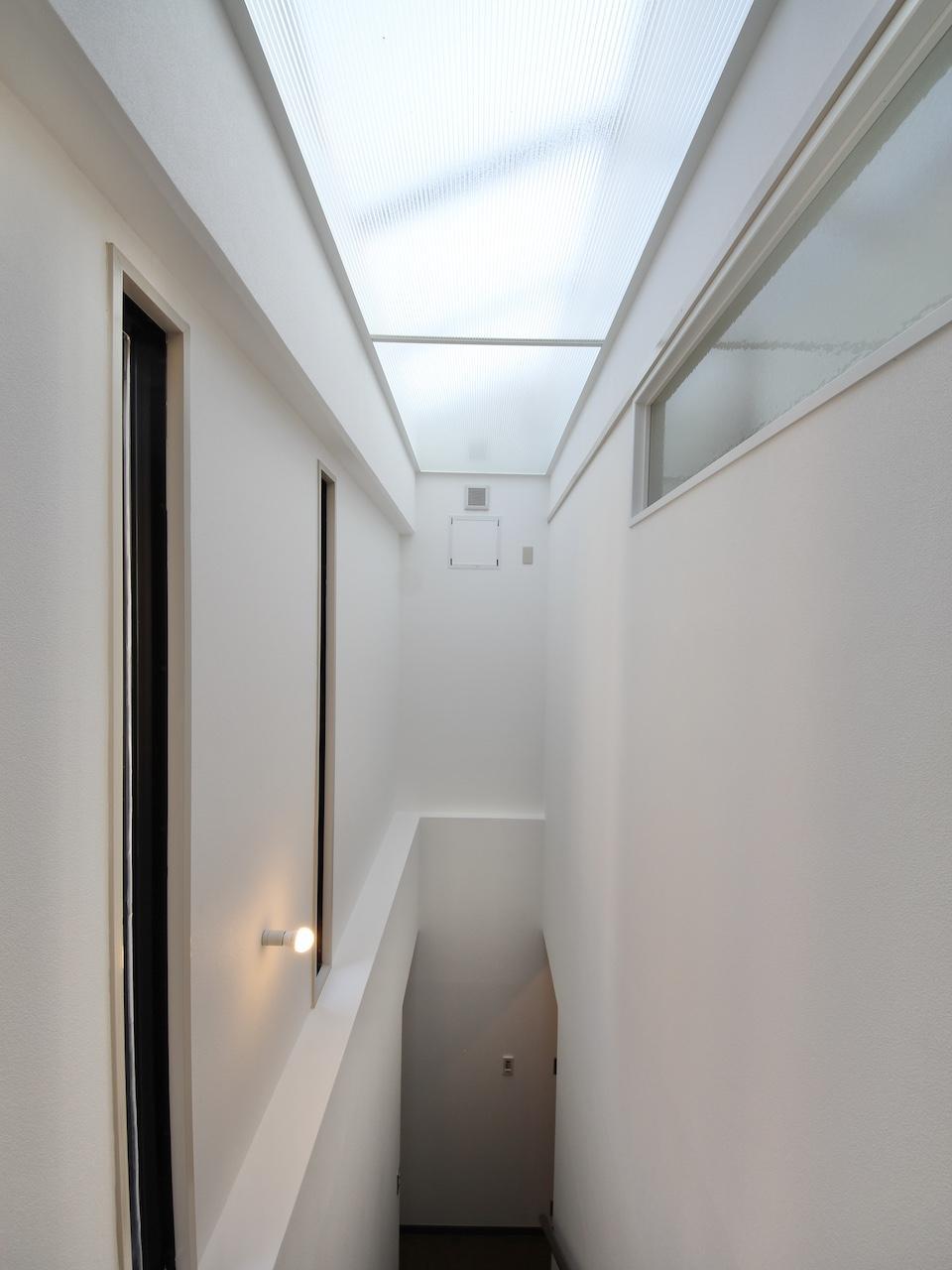 階段室 天窓からの光を右側洗面室に届けている