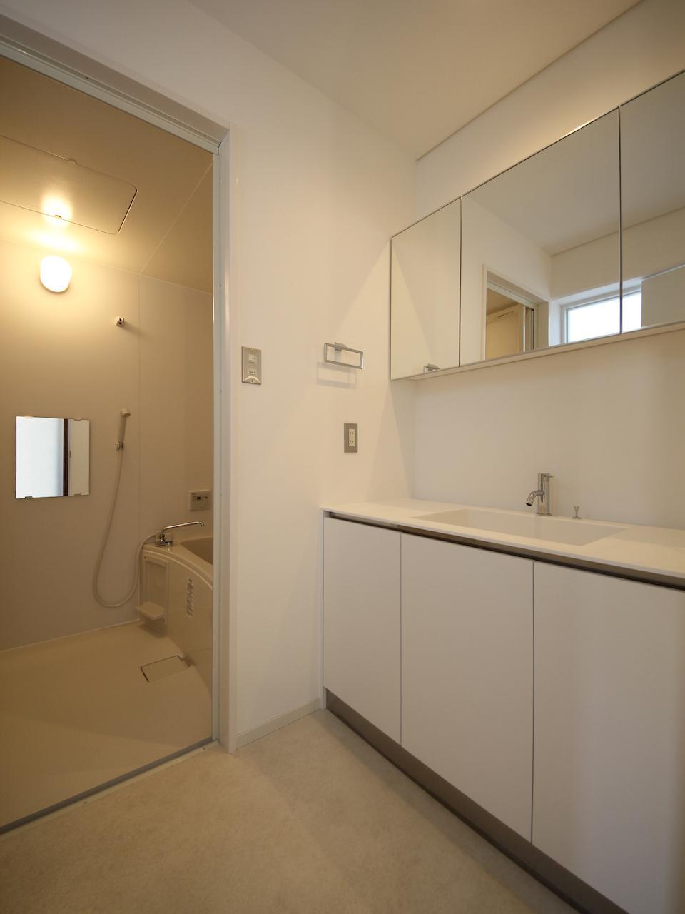 3階 洗面脱衣室 天窓からの光でほんのり明るい