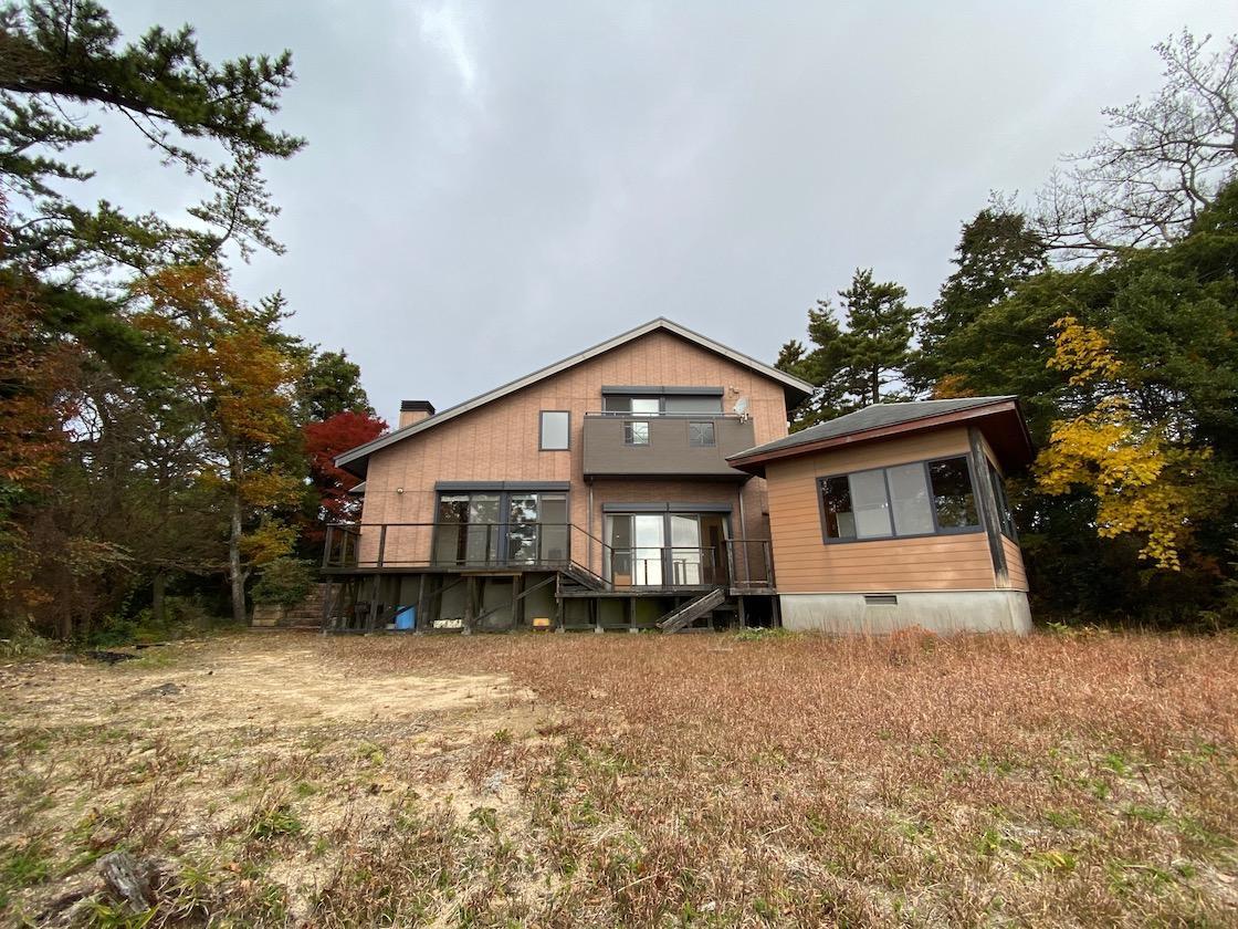 森の頂きにこじんまりとした家とオープンガーデン。