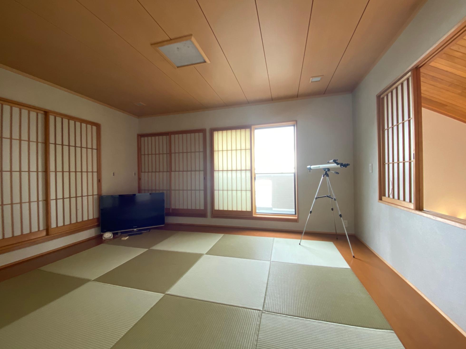 雑魚寝も可能な和室。
