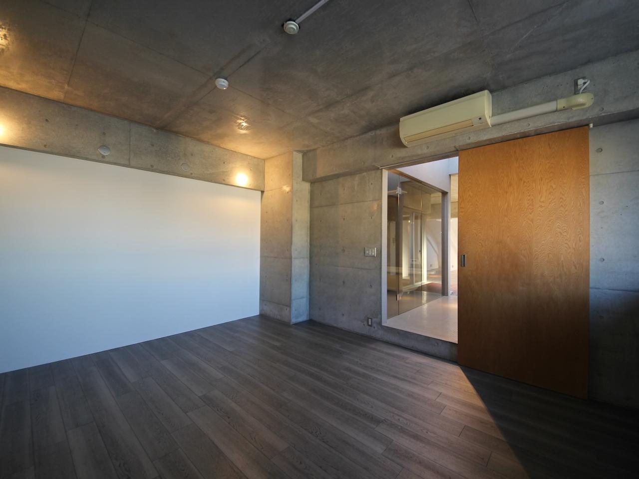 洋室 木とコンクリートのコントラスト