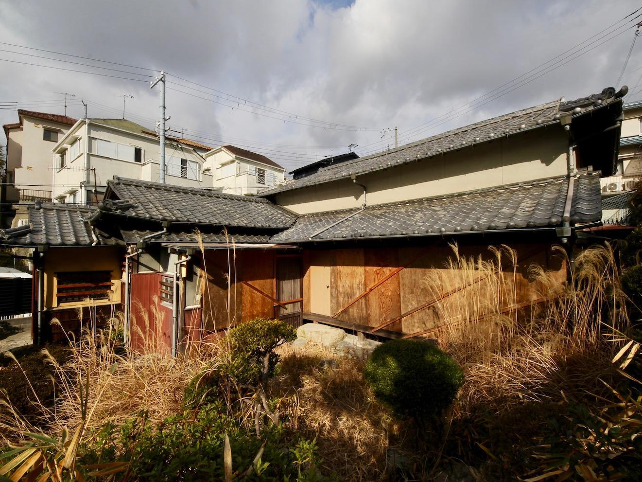 平家建の建物(窓は内部保護のため封鎖されています)