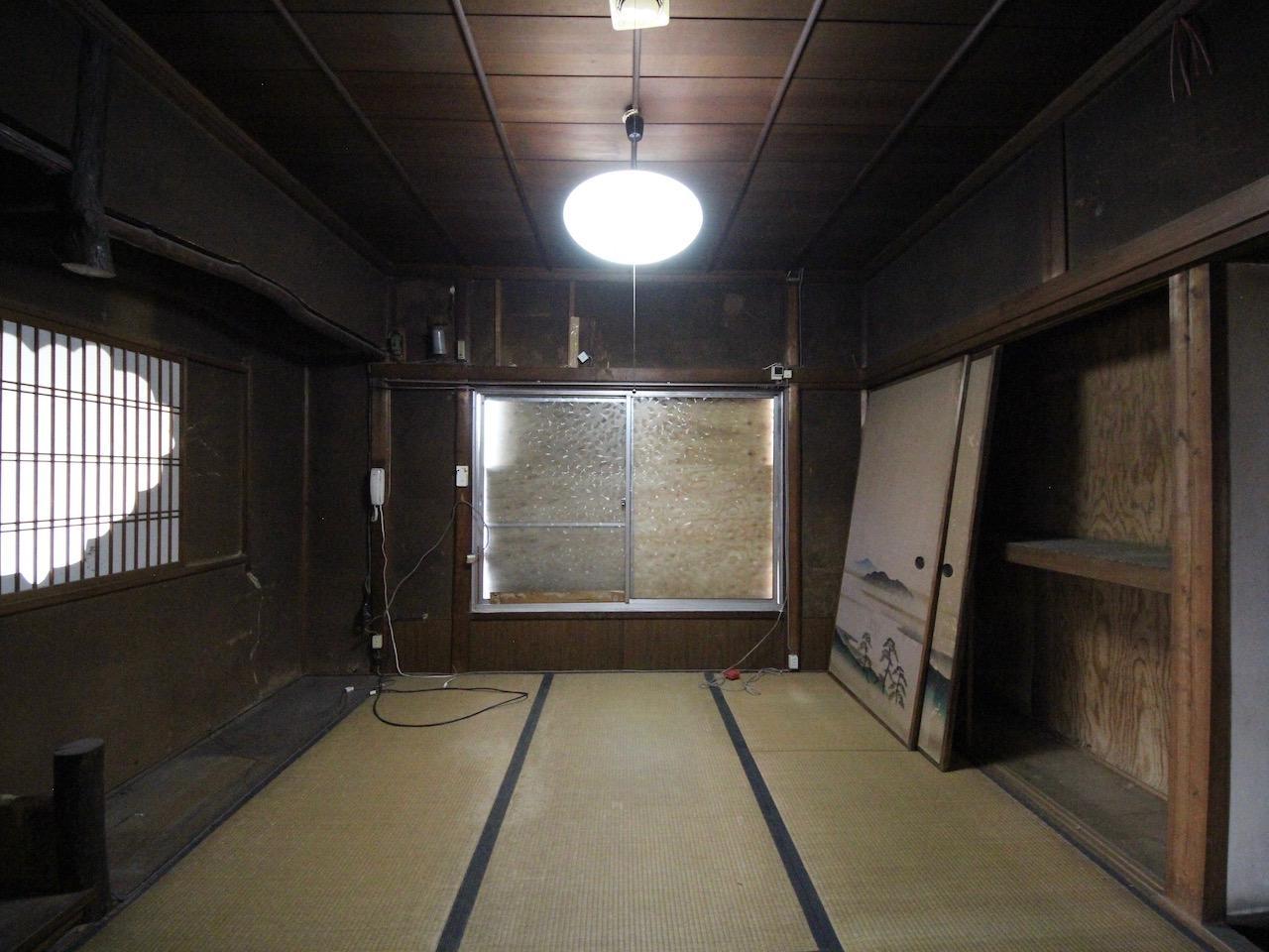 玄関正面の4.5帖和室