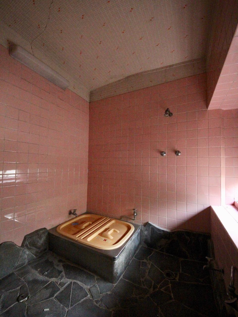 風呂 石の床はあえて残すのも面白いかも