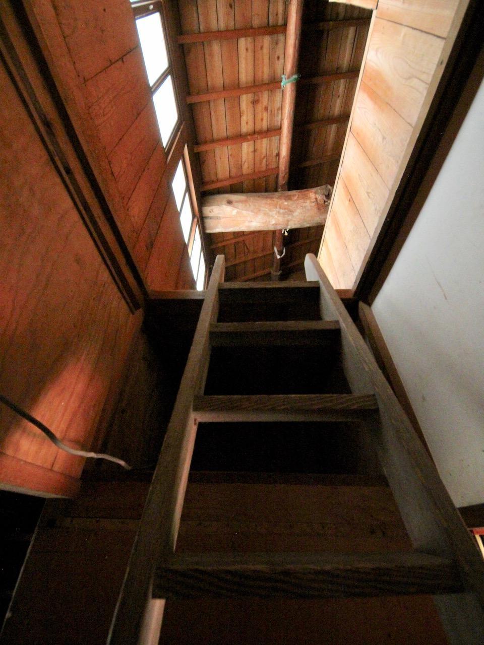 屋根裏へのはしご