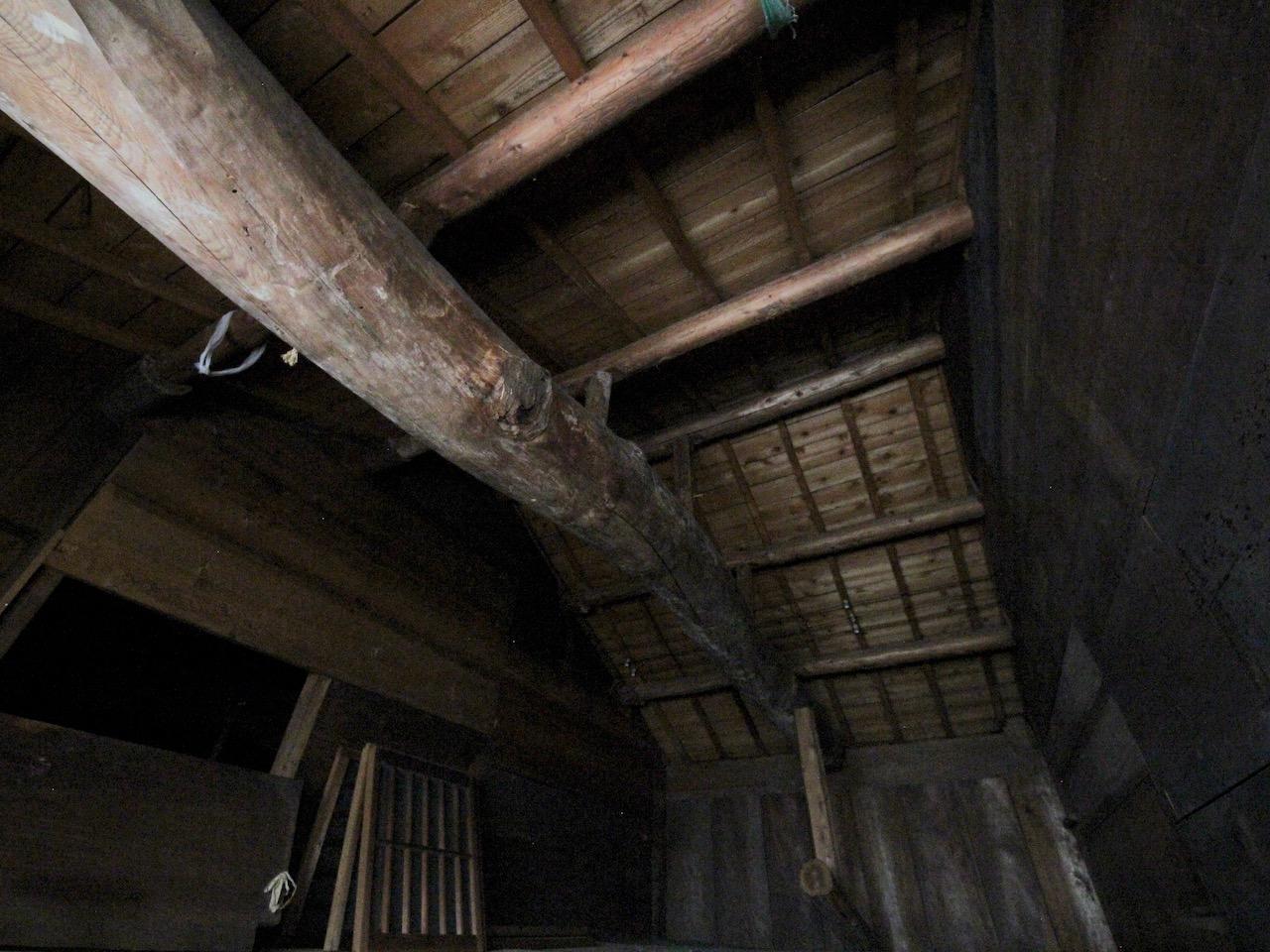 屋根裏 立派な梁