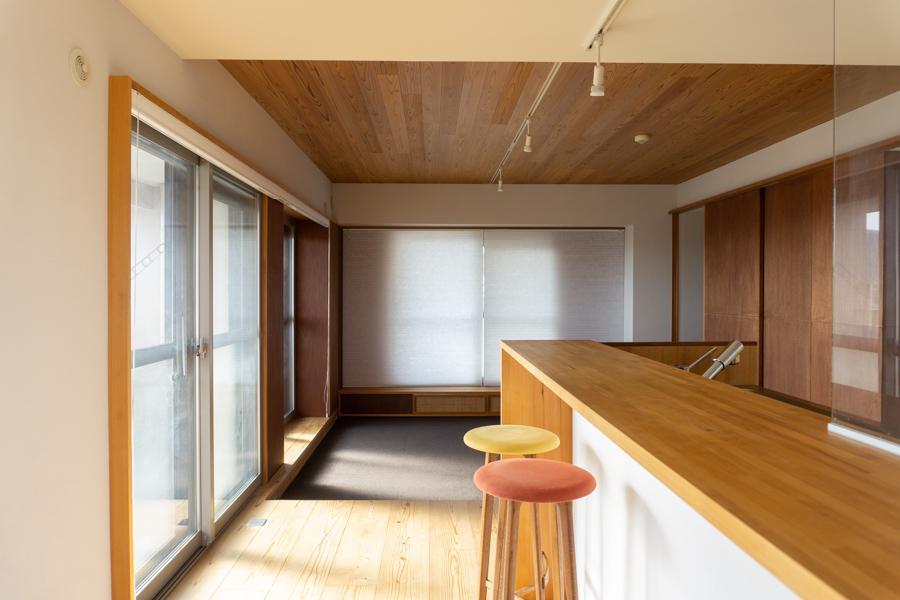 床も天井も無垢材が貼られていると、なんだか迫力があります