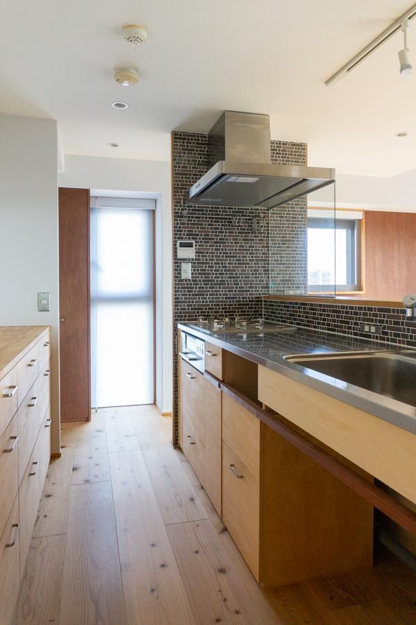 木とステンレスでデザイン良く、利便性も高そうなキッチン