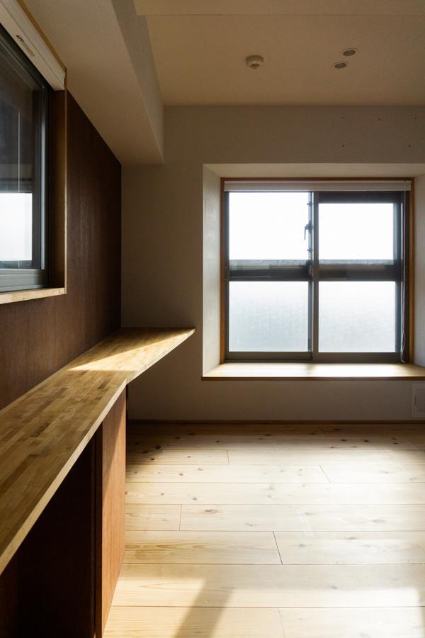 以前はこの窓辺に移動できる畳が置かれていました。(撮影時は寝室に)