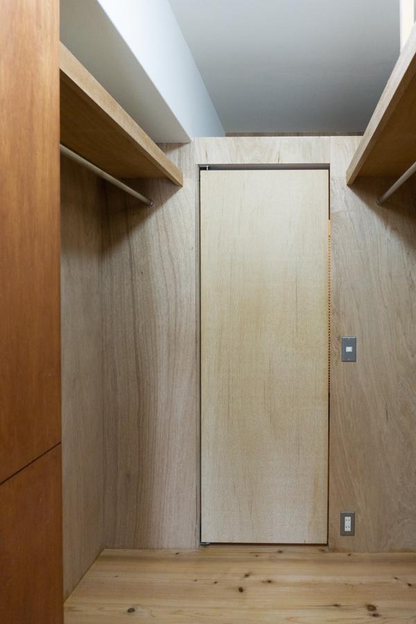 寝室からも廊下からもアクセスできるクローゼット