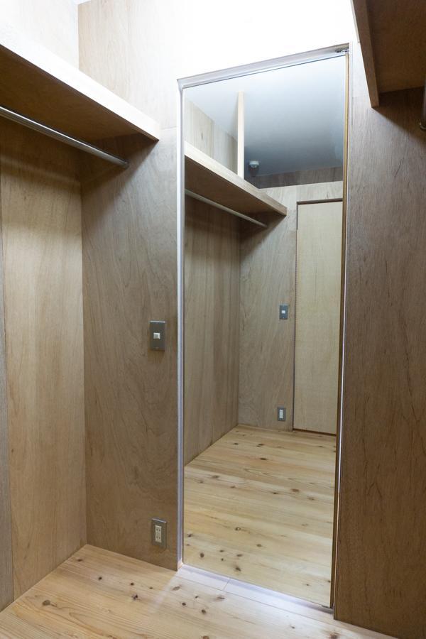 扉の裏が鏡になっているのが便利