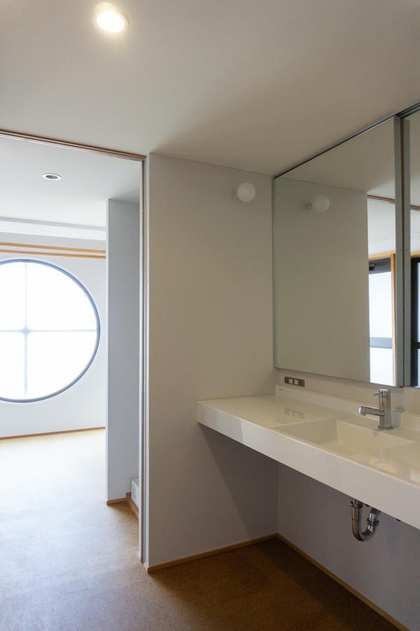 広々とした洗面所、奥には洗濯機置き場と室内干し可能なフリースペース