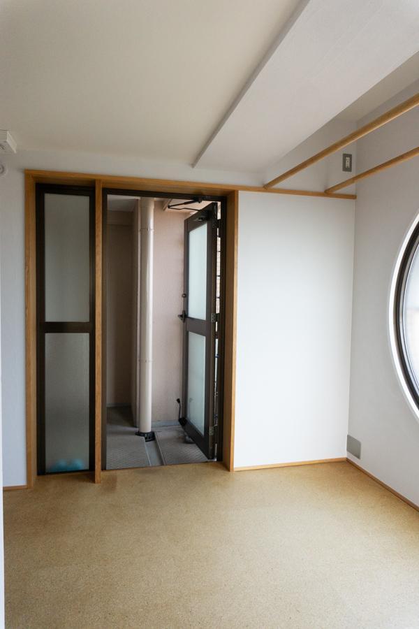 窓があり、小さなベランダにも隣接しているので、室内干しにはうってつけ。