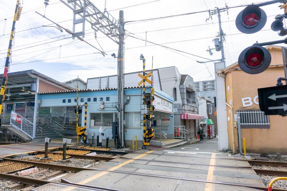 こじんまりと可愛らしい月見山駅。周辺には個人商店が並んでいます。
