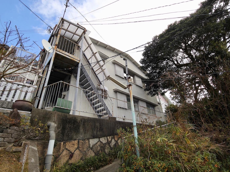高台に位置する建物