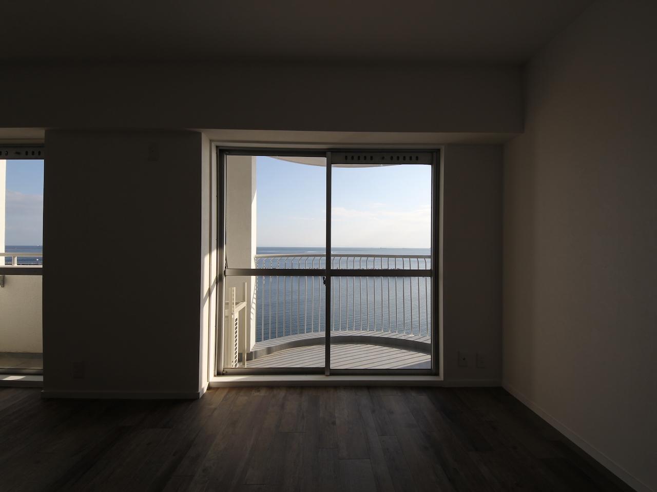 窓から見えるのは海と空