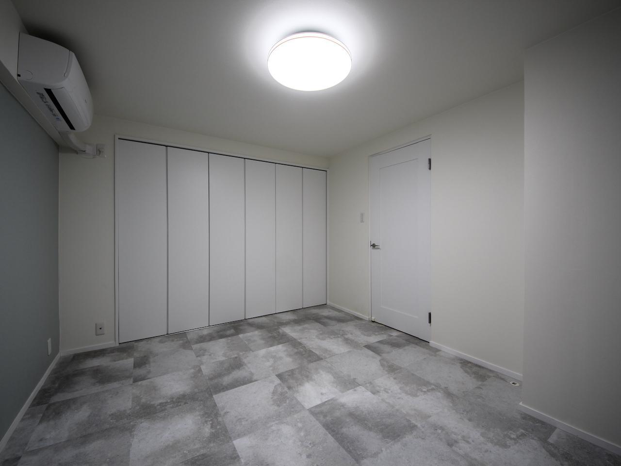 洋室 床や壁紙は好みが分かれるところ