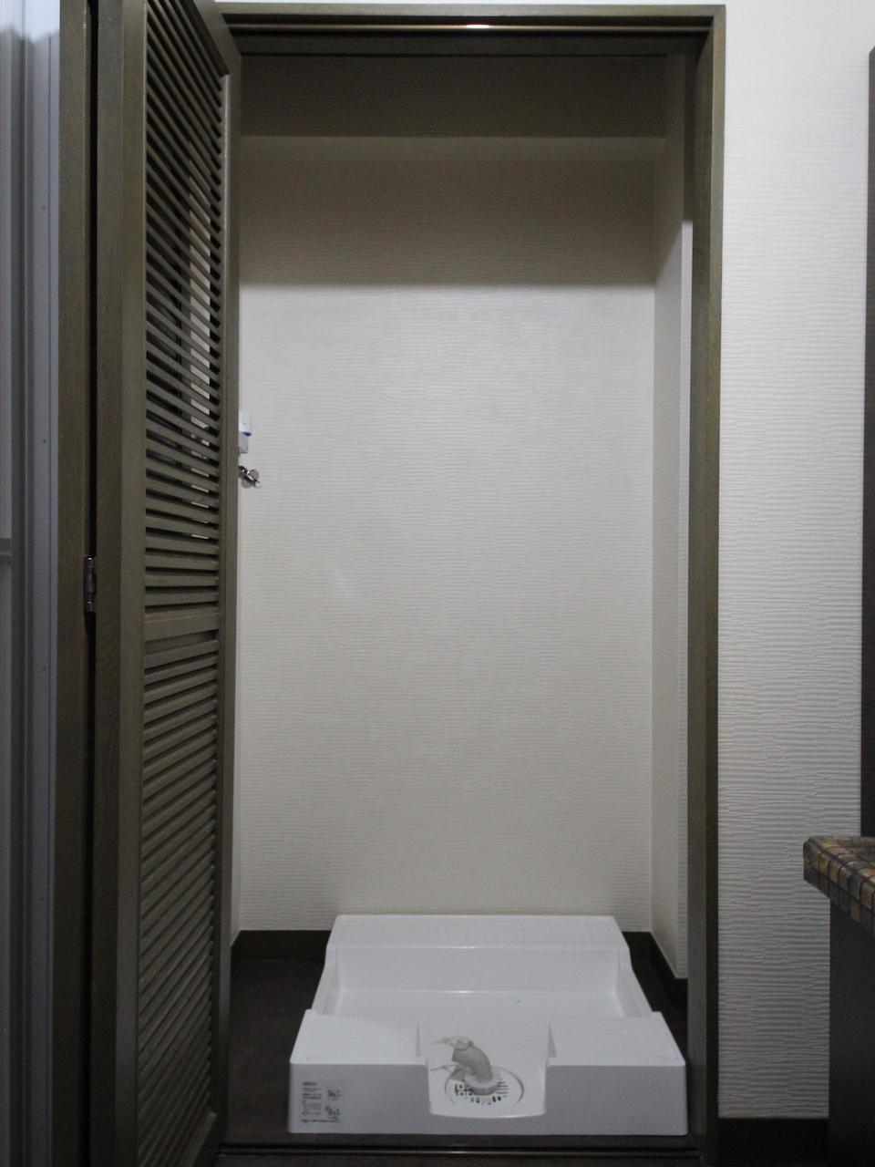 折れ戸をあけると洗濯機置き場
