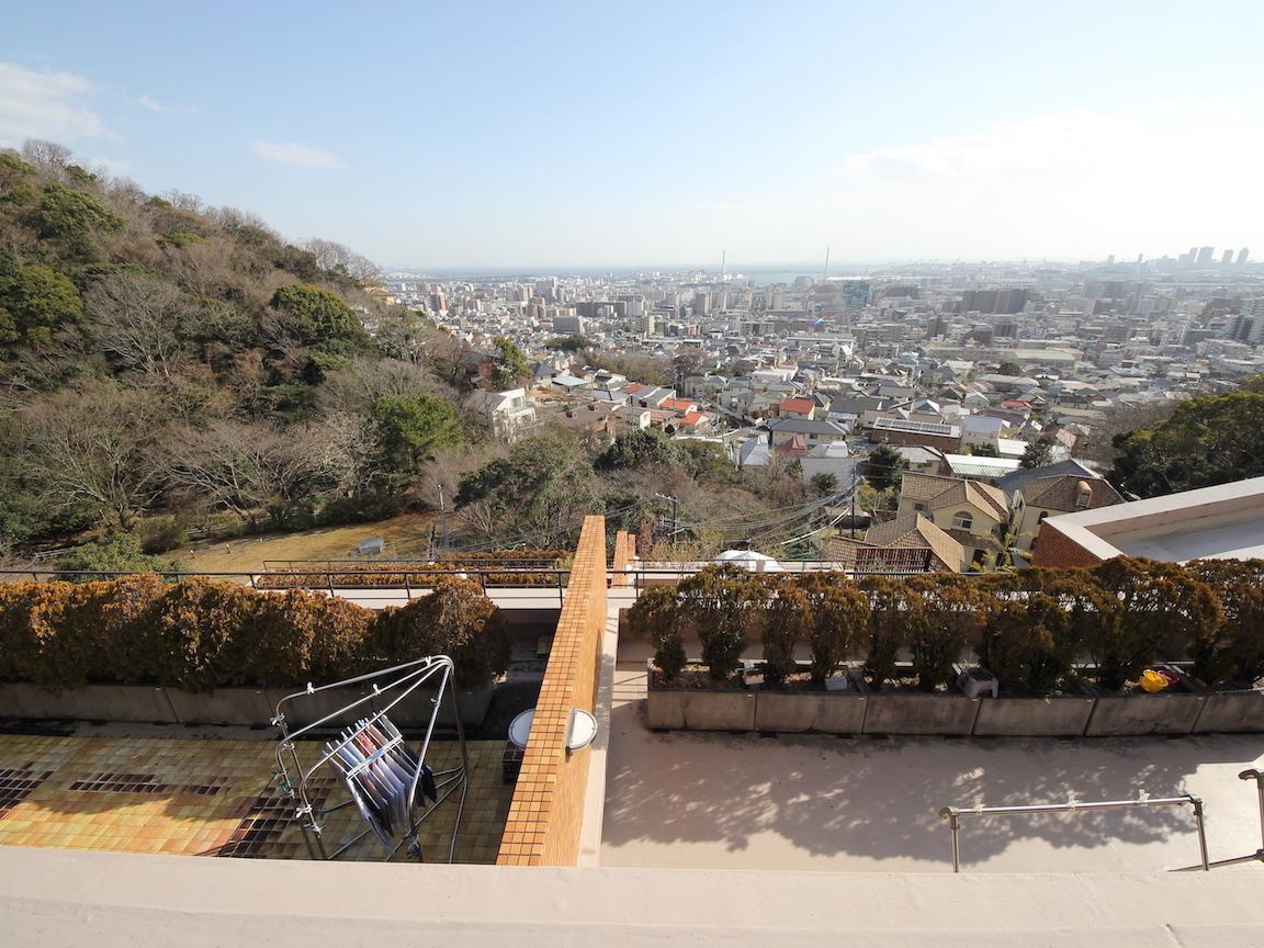 バルコニーから街を見下ろす
