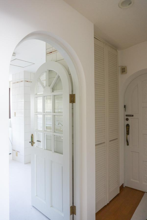 玄関扉も室内扉もアーチで可愛い