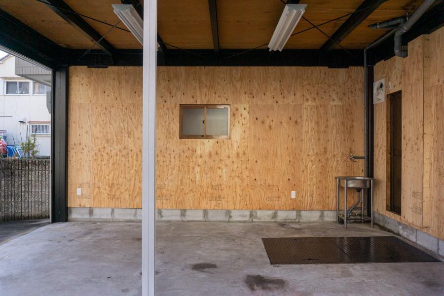 1階は合板仕上げでざっくりと。ガレージ、工房、作業場に
