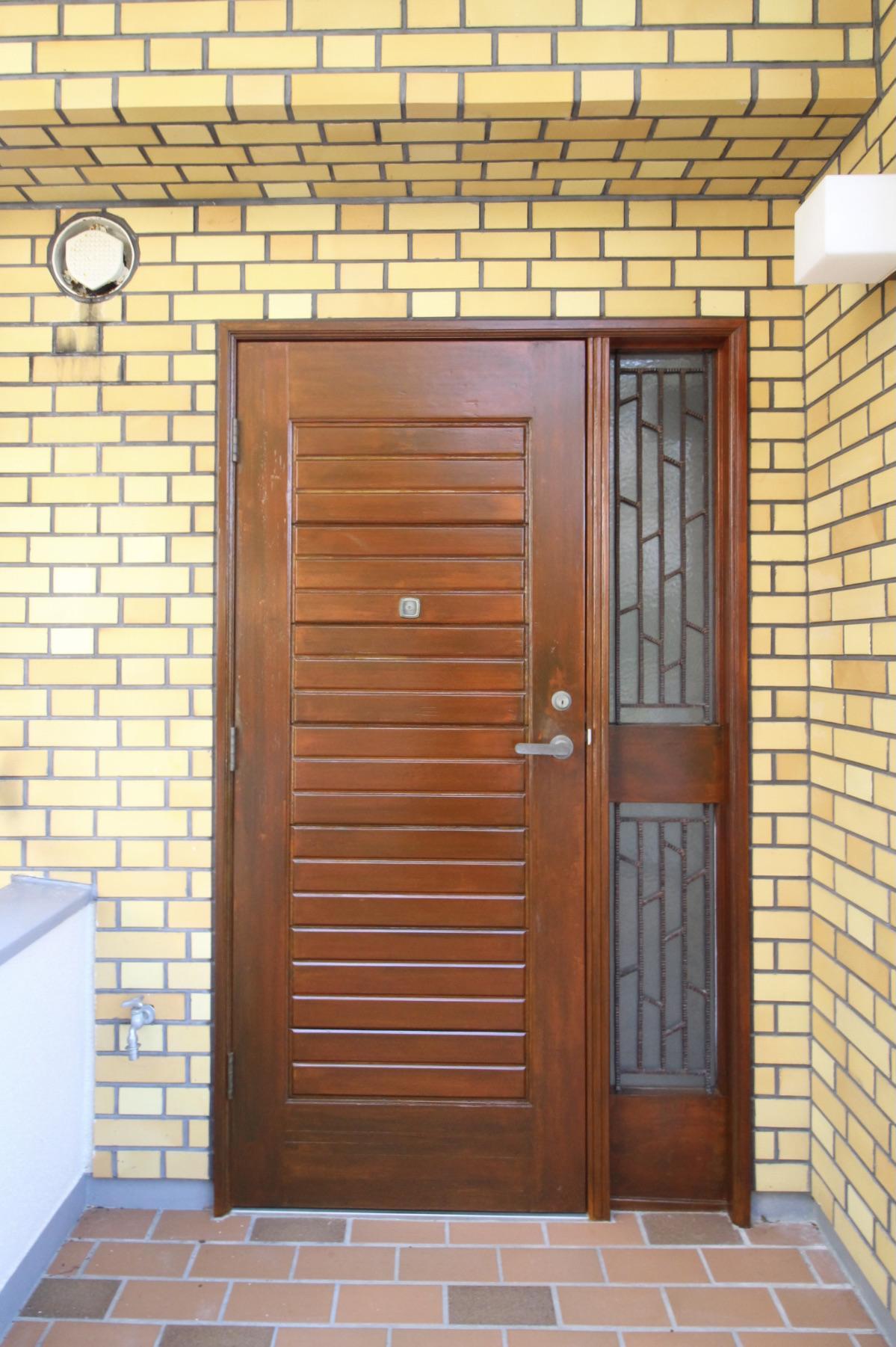 味のある木製ドア