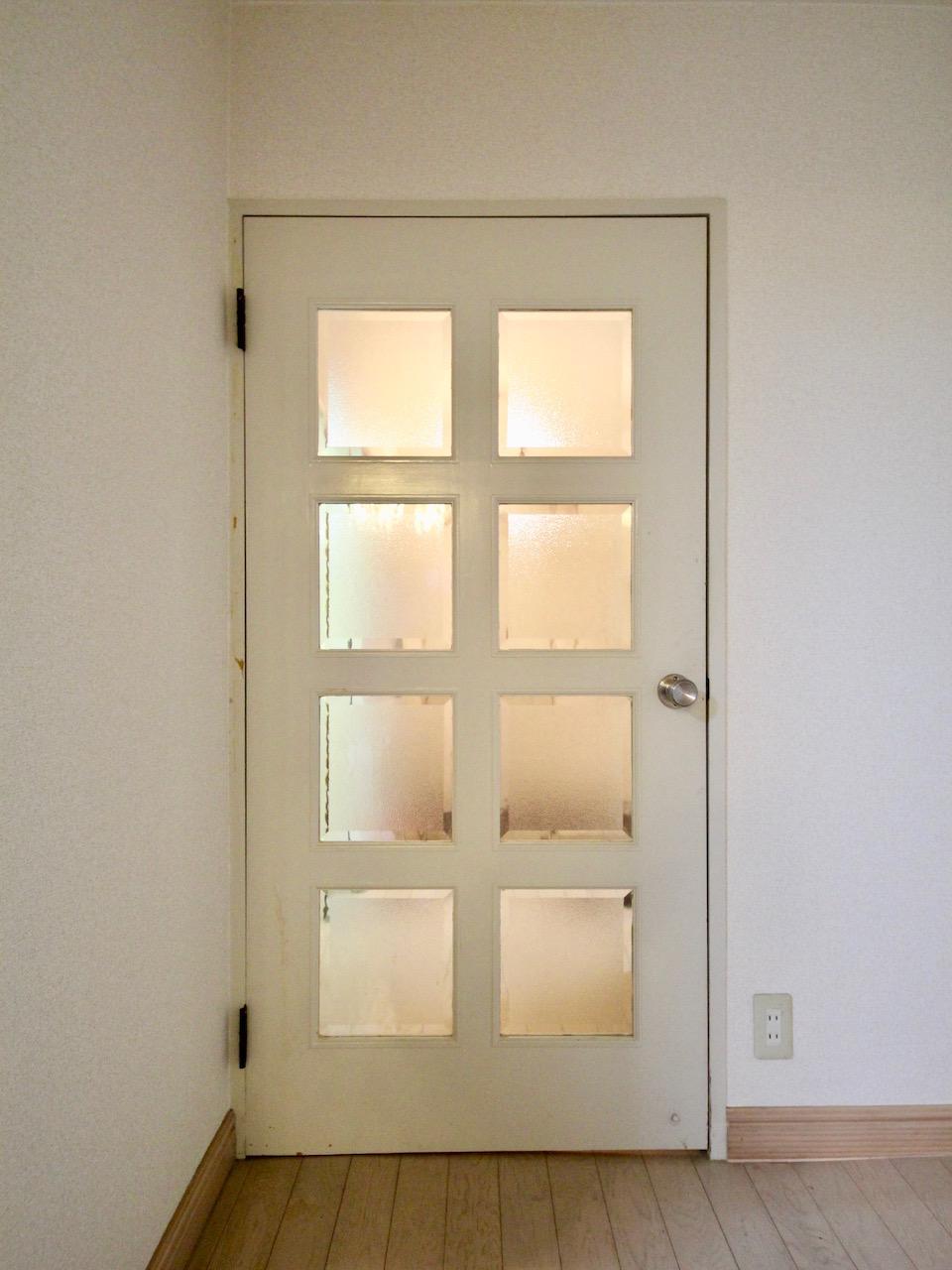 リビング入口のガラスドアが可愛い