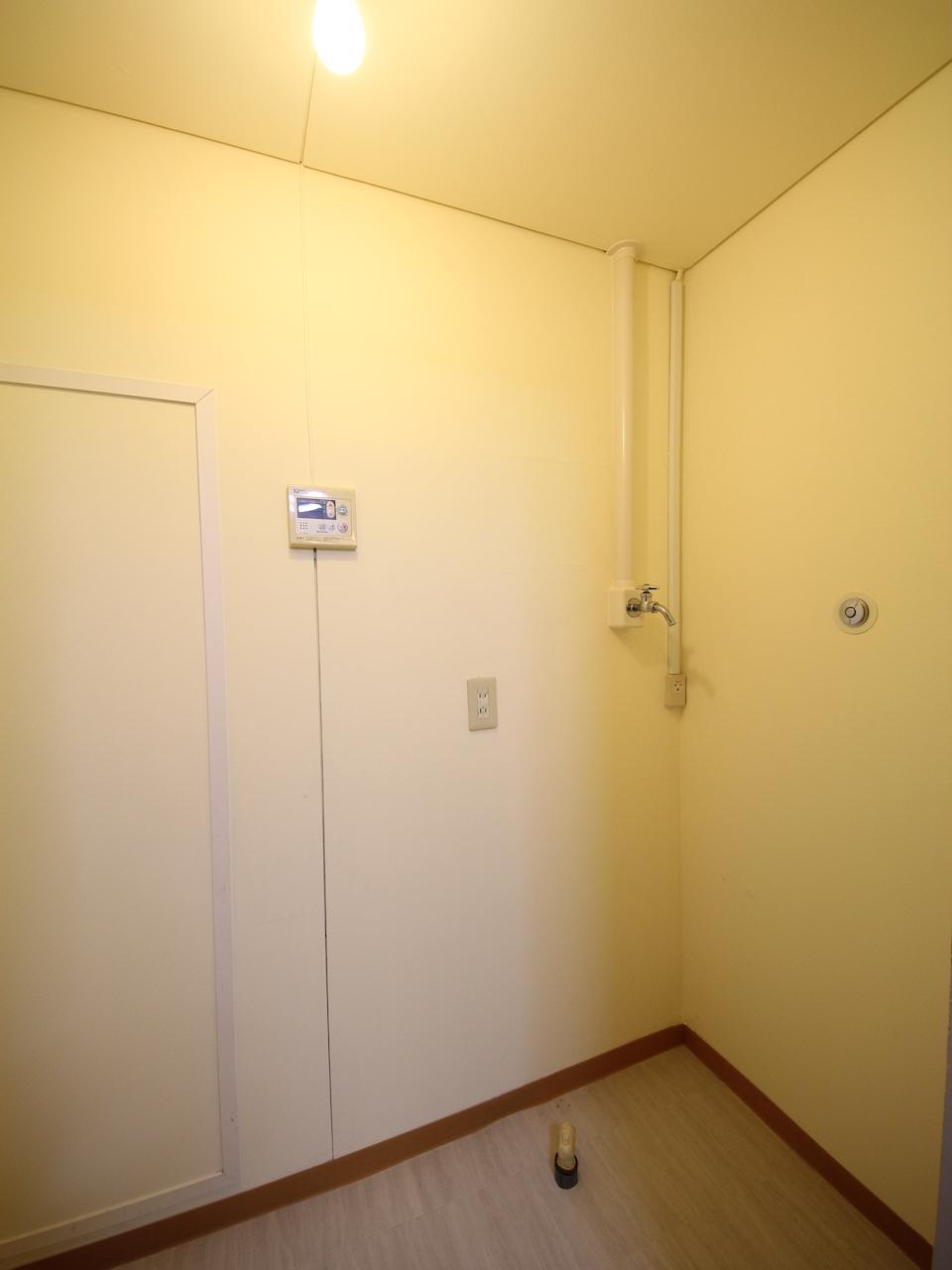 キッチン横の洗濯機置き場