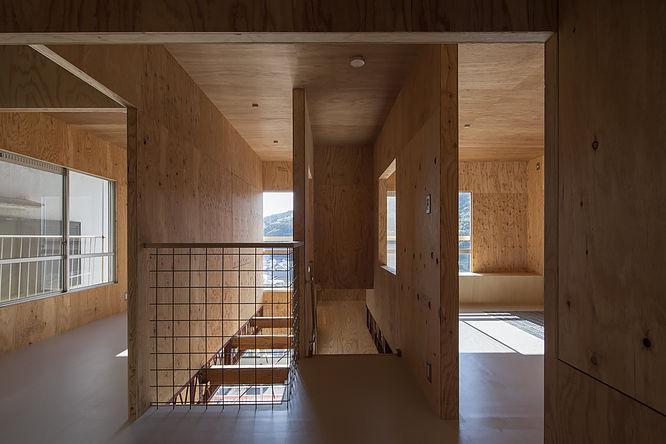 各部屋の壁面や開口部に視覚的な抜けがあり、どこにいても奥行きを感じられる