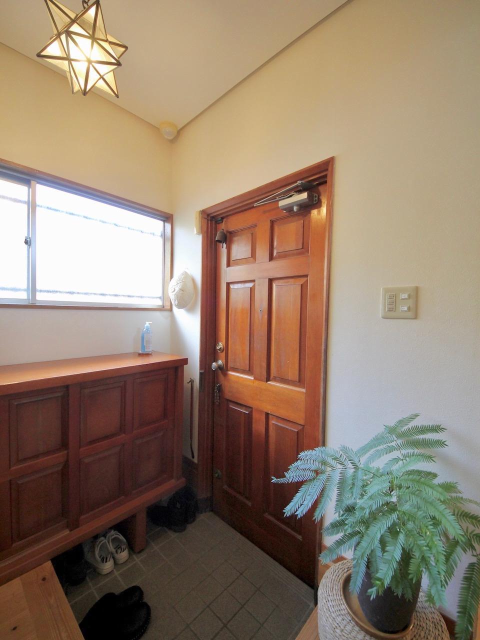 玄関ドアの木質感がたまりません