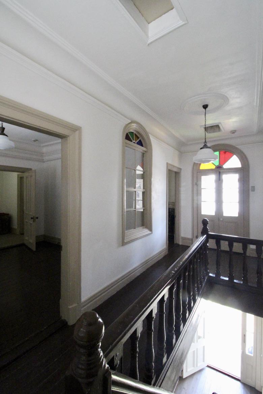 レトロな木製建具や床材に、建築当時のものと思われるステンドガラス
