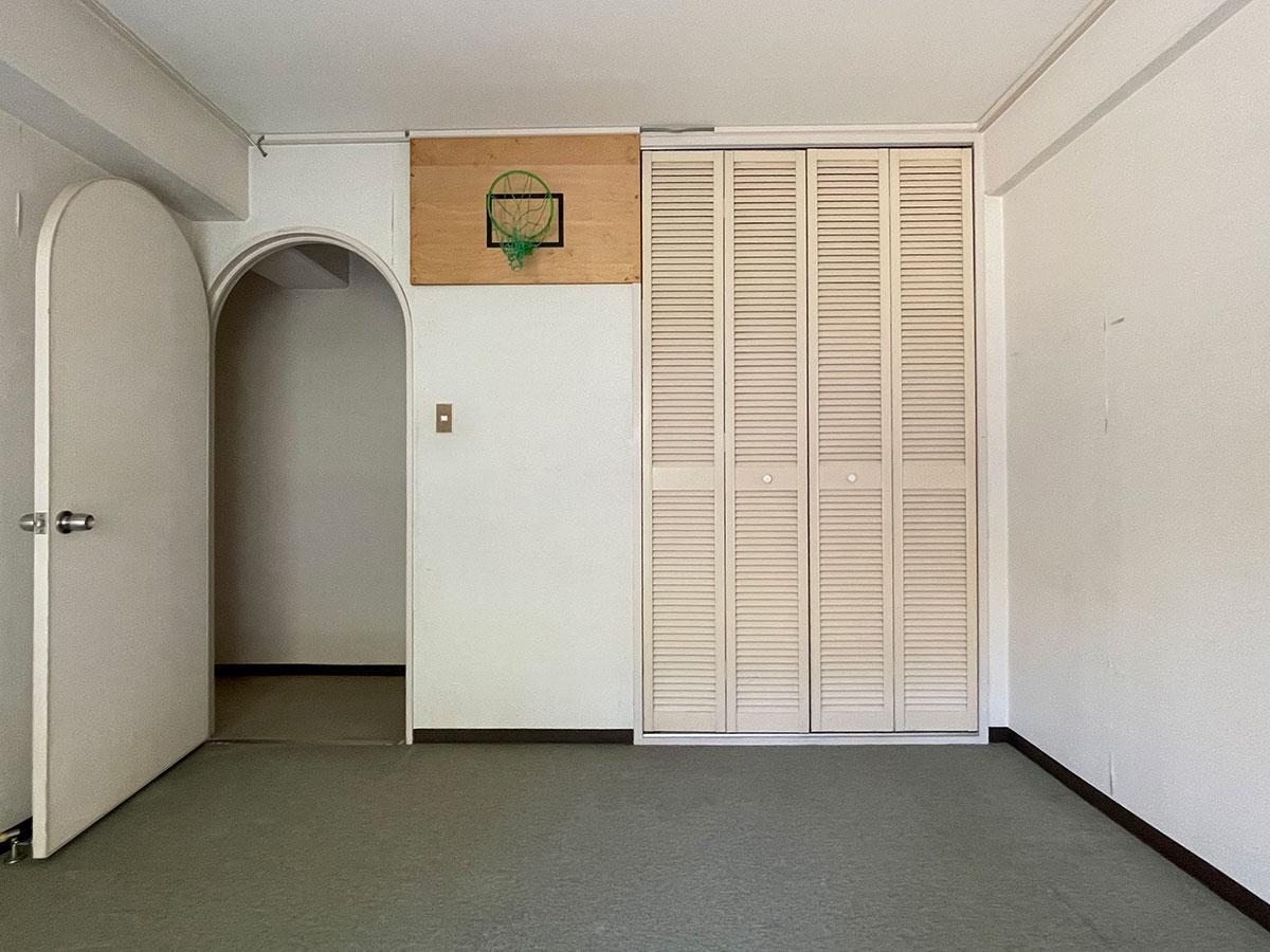 南側洋室8畳(バスケットのゴールが残ってました)