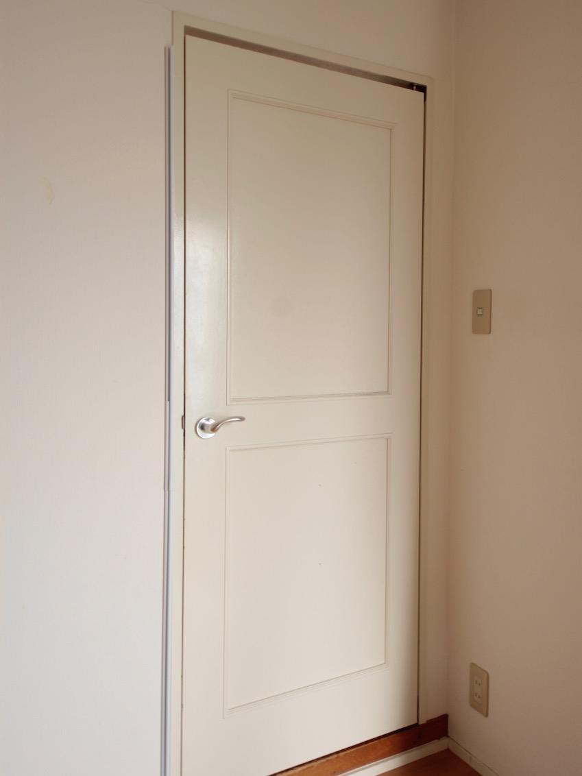 ドアは白に塗装されたレトロテイスト
