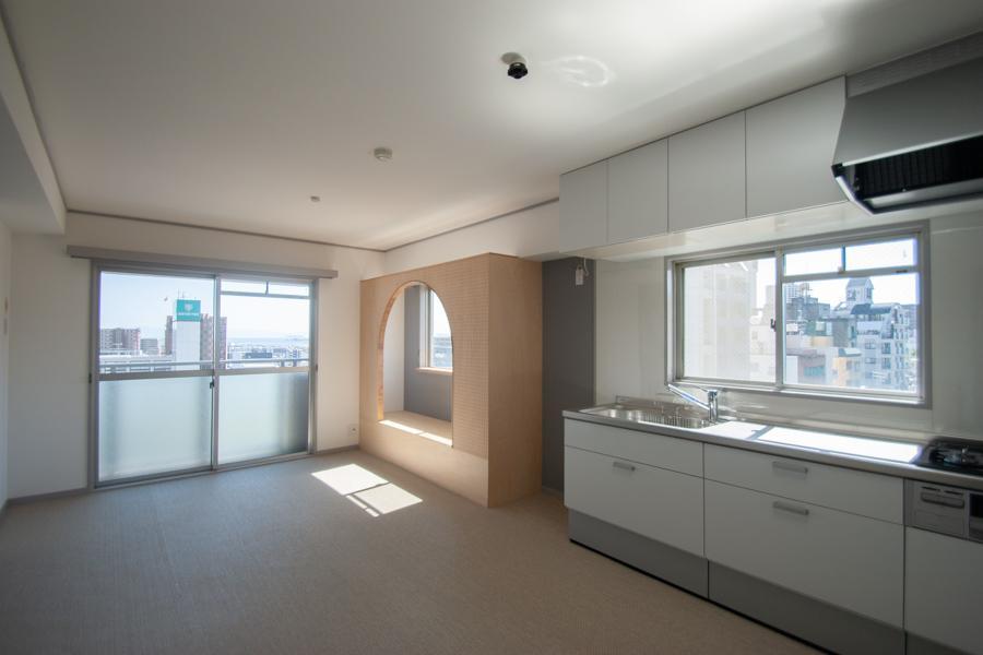 窓が多くて明るいリビングダイニングキッチン