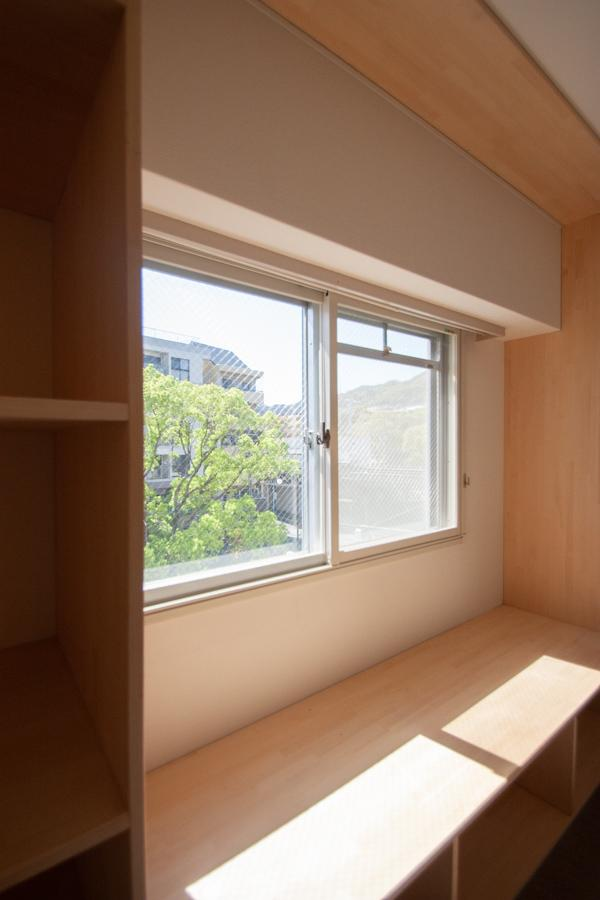 窓辺のベンチで読書など【407号室】