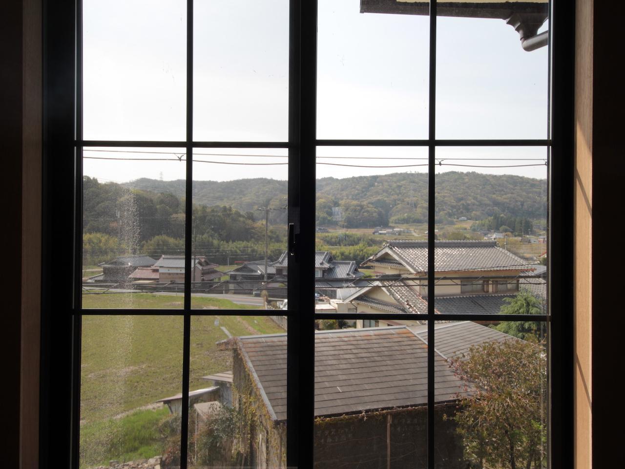 窓からは農村の穏やかな風景