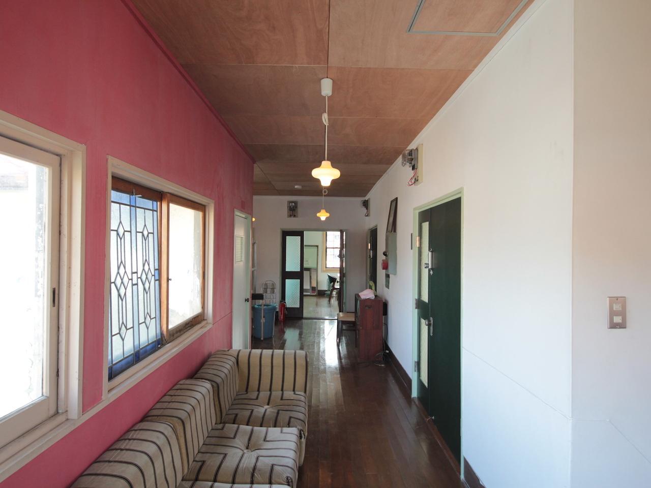 2F ビビット色の塗り壁でアクセントを