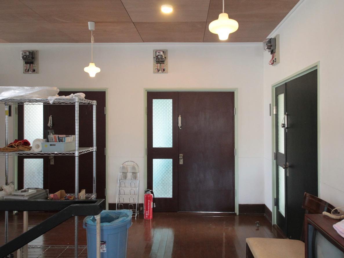 2F廊下 レトロなドアの連続が可愛い