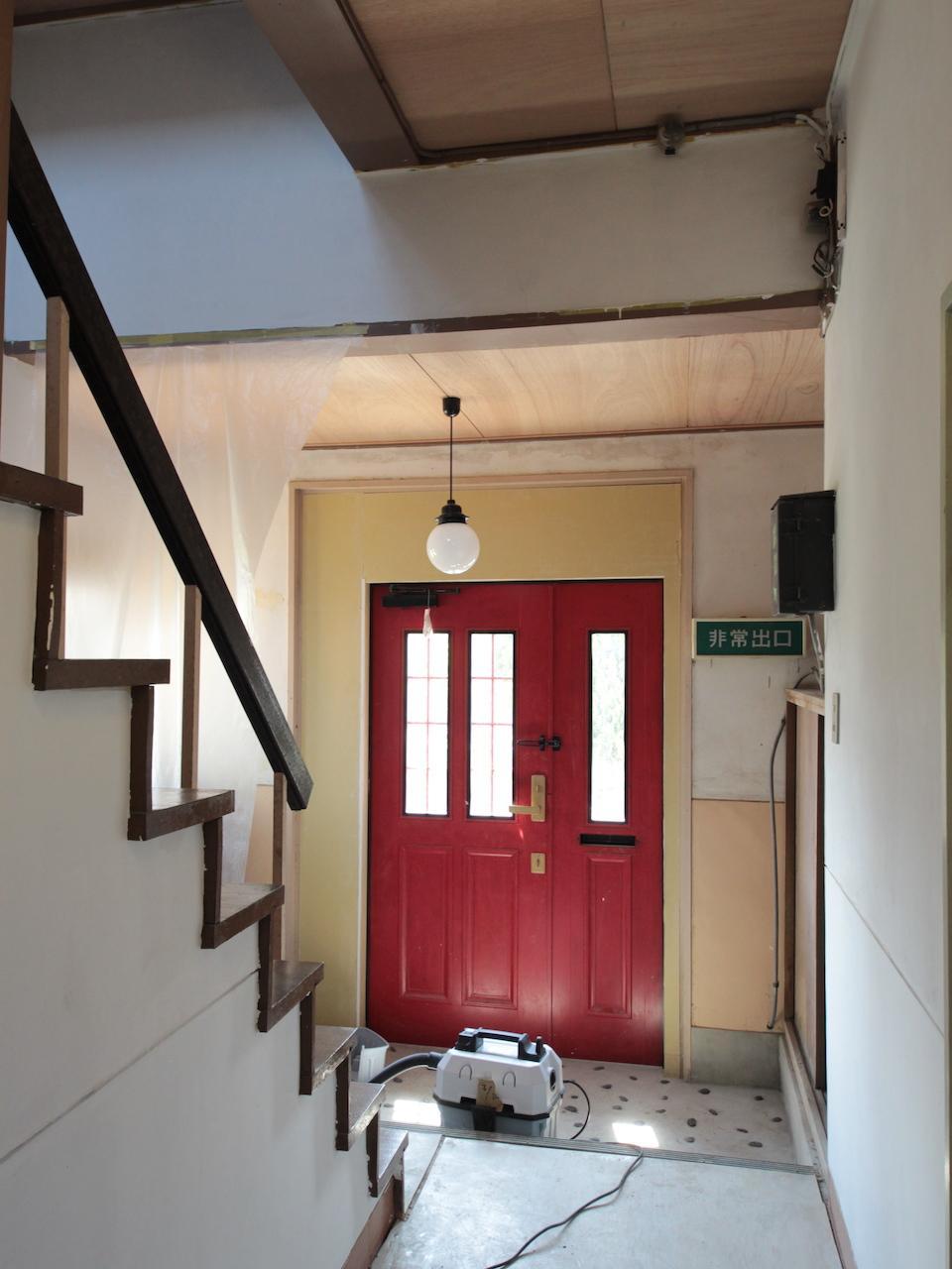 玄関 真っ赤な扉が可愛い