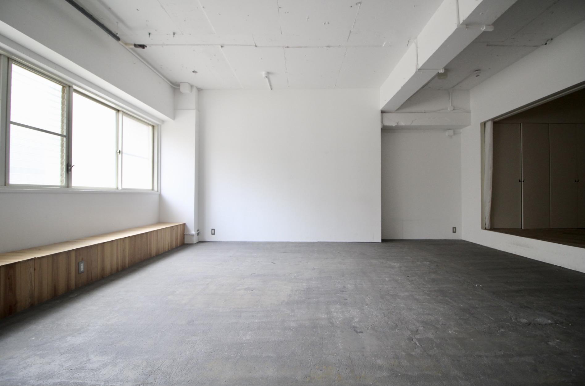 自然光が差し込み、一面白い壁で撮影などにも使えます