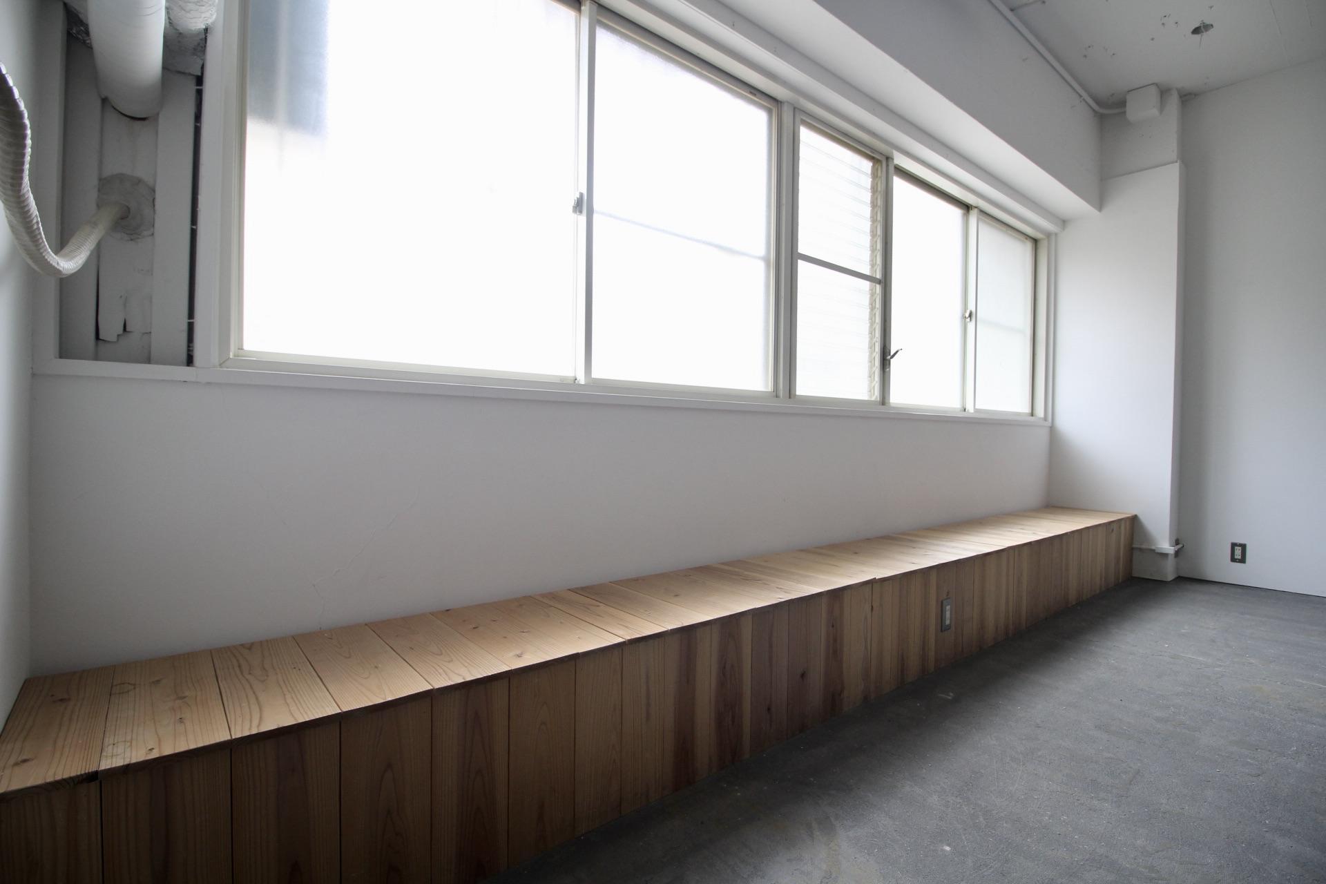 窓際のベンチ