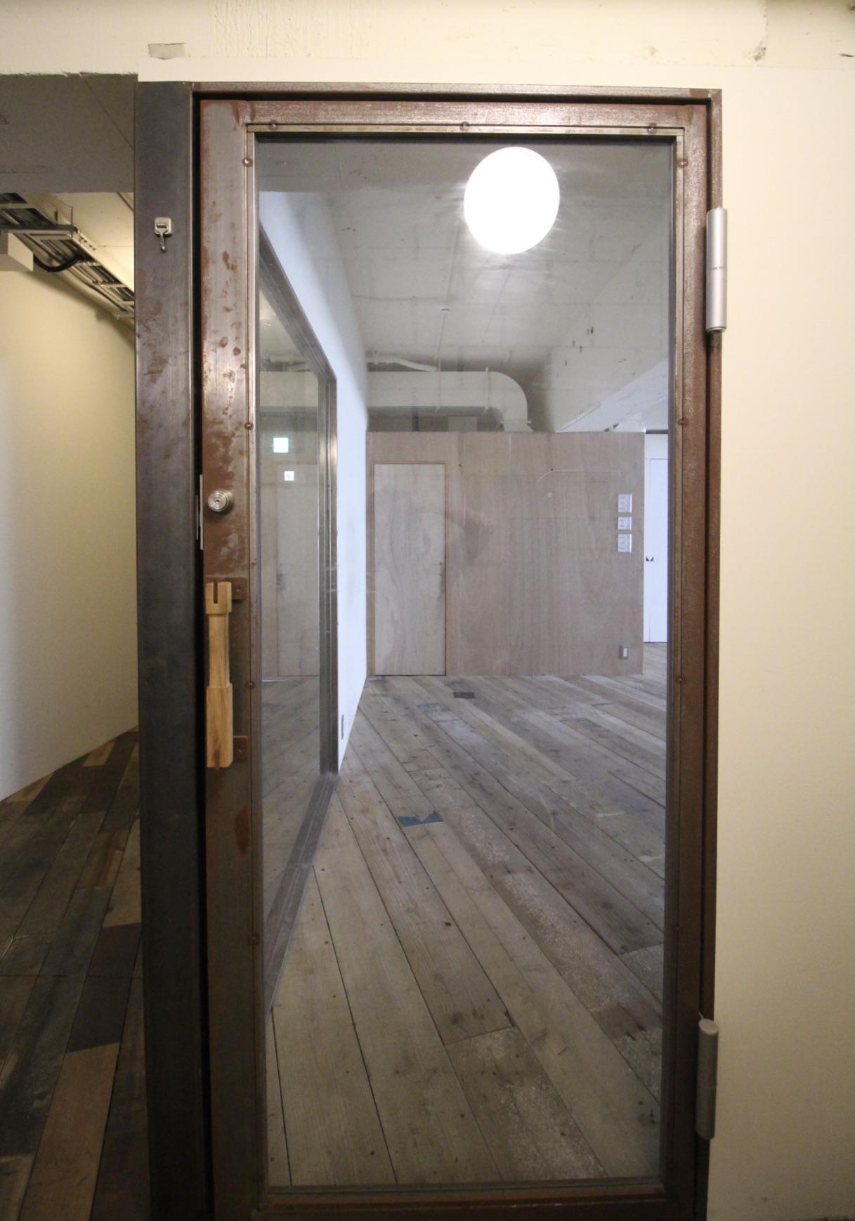 いい味が出てきている無塗装のアイアン入口ドア
