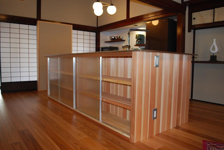 木質間のあるキッチンカウンター