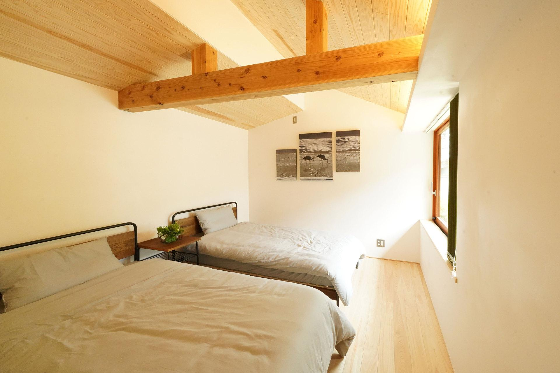 勾配天井の寝室