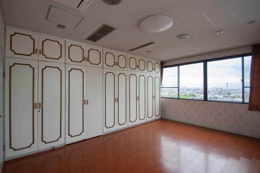 壁一面がクローゼットのメインベッドルーム