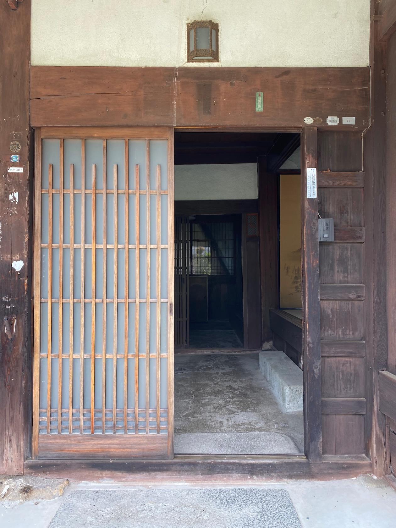 味わいのある玄関戸