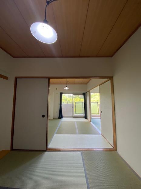 昔ながらの二間続きの和室に憧れます。あえて椅子やテーブルでレイアウトしてみて欲しい。