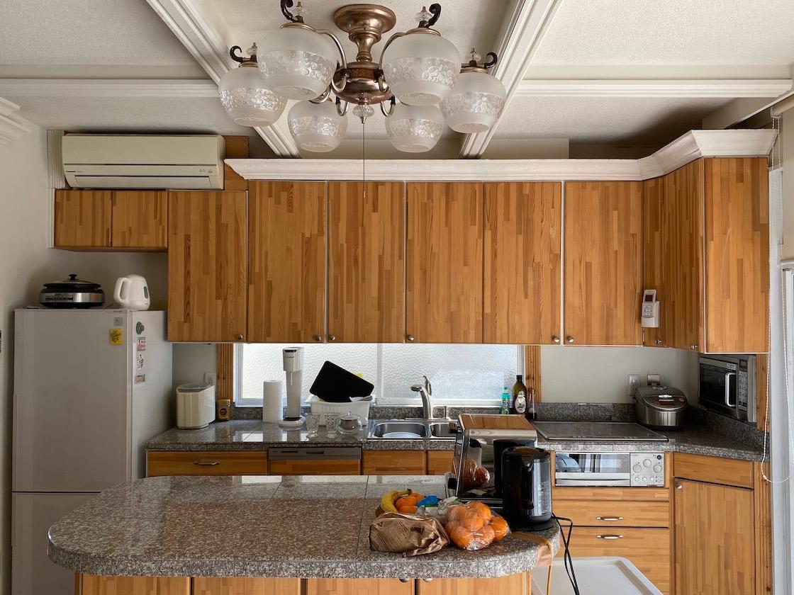 木扉と御影石カウンターのキッチン