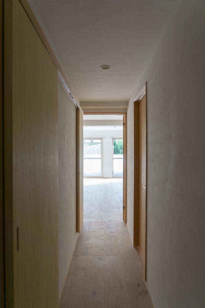 壁の床も建具も自然素材